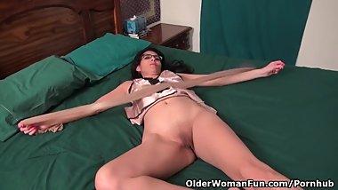 USA milf Jacqueline takes care of her wide open pink cunt