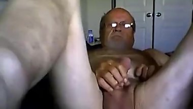 Old bearded guy cums
